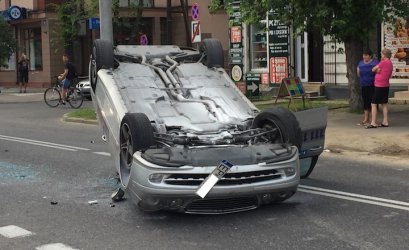 Mercedes dachował na ul. Słowackiego
