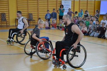 Koszykarze na wózkach spotkali się z uczniami z Jarost