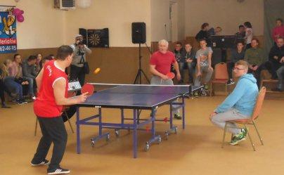 Dużo chętnych do gry w ping-ponga