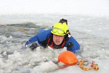 Strażacy z Woli Krzysztoporskiej ratowali uwięzionych na kruchym lodzie