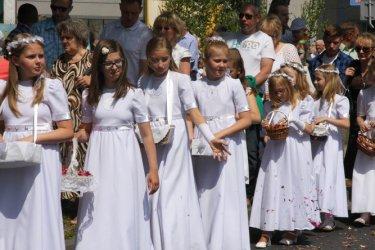 Dzieci sypią kwiaty - Boże Ciało w Piotrkowie