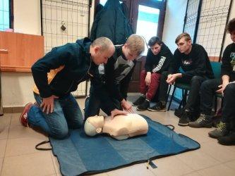 Młodzież uczyła się udzielać pierwszej pomocy przedmedycznej