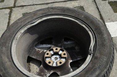Uszkodził samochód przez dziurę w jezdni. Od roku walczy o odszkodowanie