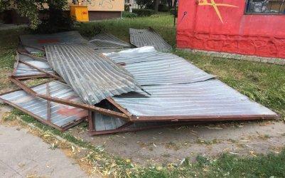Porwana przez wiatr metalowa wiata uszkodziła samochód