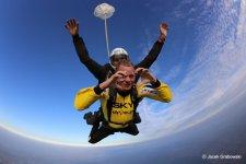 Jak odbywa si� skok spadochronowy w tandemie? Sprawdzili�my