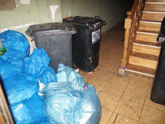 Śmieci składują na klatce schodowej