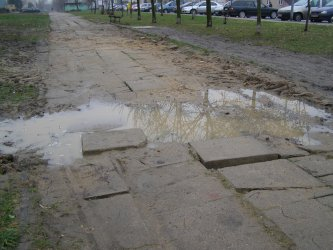 Zapadnięty chodnik czeka na naprawę