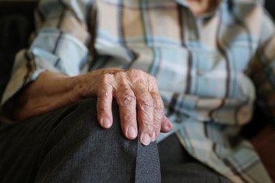 Tomaszowscy policjanci odwiedli 89-latka od próby samobójczej