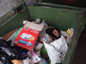 Mieszkaniec znalazł bezdomnego w śmietniku
