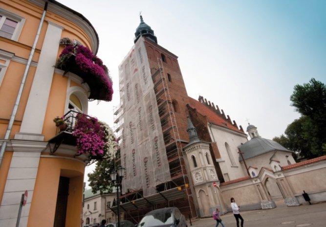Piotrków: Trwa remont wieży kościoła farnego