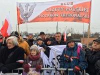 """""""To jest wsparcie dla PiS, Beaty Szyd³o i dla naszego prezydenta Andrzeja Dudy"""" - piotrkowianie w Strasburgu"""