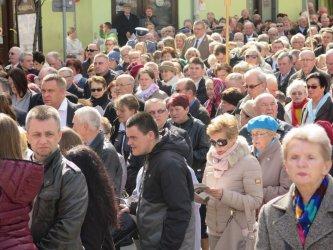 Kolejna procesja przeszła ulicami miasta. 1050-lecie Chrztu Polski w Piotrkowie