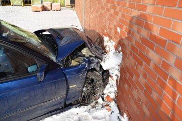 Młody kierowca bmw wpadł w poślizg i wjechał w… sklep