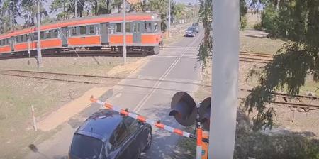 Niebezpieczne zachowanie na przejeździe w Piotrkowie