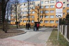 Ul. Wysoka: Wybudowali przed blokiem wjazd dla karetek