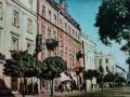 Jedna z piotrkowskich pocztówek z lat 60., na której widaæ pierwszy neon banku PKO oraz baru PSS