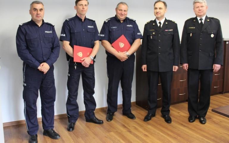 Podziękowania od strażaków dla policjanta