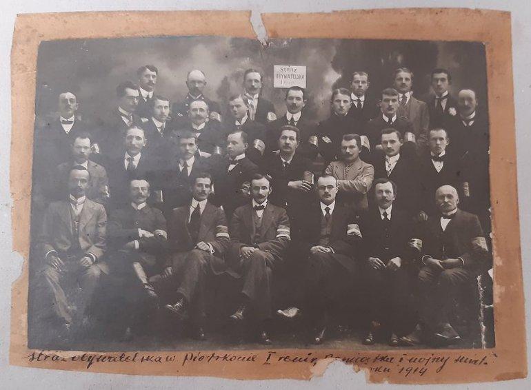Fotografia członków Straży Obywatelskiej w Piotrkowie (I Rewir) z 1914 r. / Archiwum Państwowe w Piotrkowie