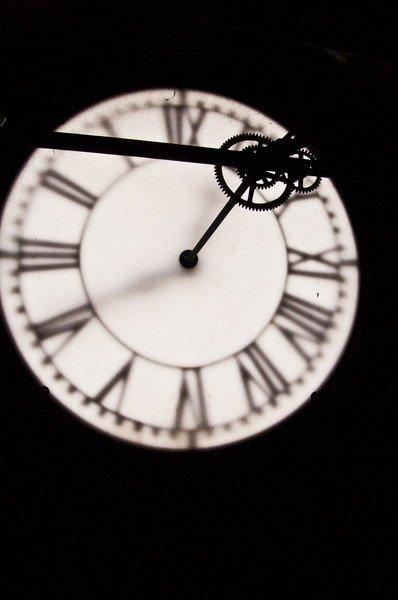 W 2005 roku stare, ciężkie i szklane tarcze bernardyńskiego zegara wymieniono na nowe, znacznie lżejsze, wykonane ze szkła akrylowego w kolorze białym. Widok na jedną z tarcz z wnętrza wieży bernardyńskiej.