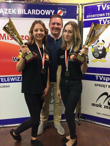 Na zdjęciu od lewej stoją: Agata Ryś, trener Bogusław Bereżny i Aleksandra Burczyńska. Fot.: UKS Snikers Rękoraj.