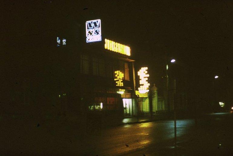 """""""Jubileuszowa"""" nocą. Jej charakterystyczny neon - filiżanka z obłoczkami parującej kawy - należał do jednych z najpiękniejszych w mieście. Foto:  Andrzej Różewski"""