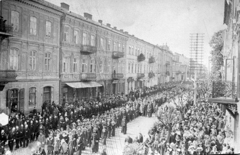 Ulica Słowackiego w czasach, gdy była jeszcze Kaliską. Widok na zniszczone podczas nalotów we wrześniu 1939 roku kamienice pierzei południowej. Foto: AP w Piotrkowie