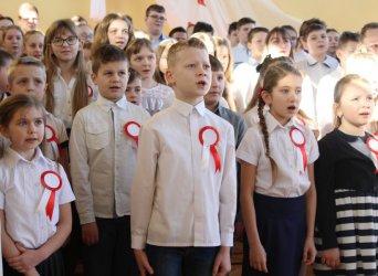 Patriotyczne śpiewanie w Ręcznie