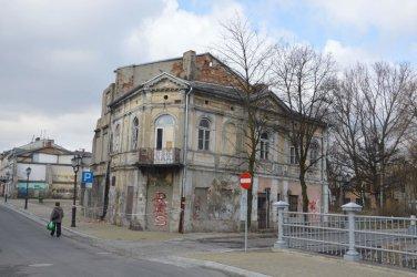 Ruina przy ul. Starowarszawskiej 18 zagraża bezpieczeństwu przechodniów