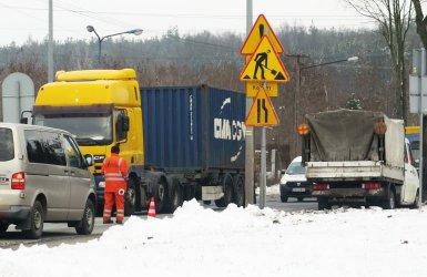 Trudny przejazd Rakowską. Robotnicy łatają dziury w jezdni