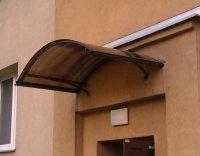 Wygoda, funkcjonalność i gwarancja na drzwi, czyli dlaczego warto zamontować daszek