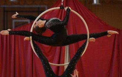 Zapraszamy do oglądania popisów akrobatów. Festiwal Estrada w gminie Sulejów