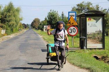 Pieszo z kotem dotarł do Piotrkowa spod białoruskiej granicy
