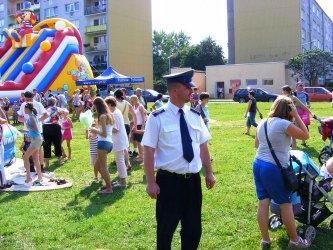 Wyciągali dzieci z bramy razem z policją
