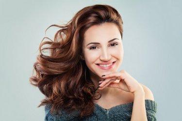 Jak odbić włosy od nasady? Zobacz sztuczki fryzjerów!