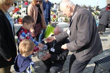 Kwestowali na cmentarzu w Moszczenicy