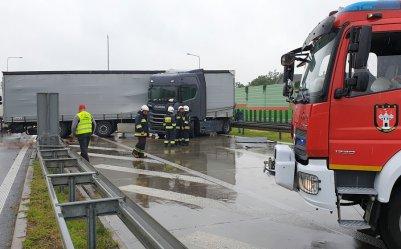 Utrudnienia na S8. TIR zablokował pas w stronę Warszawy