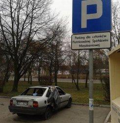 Kto usunie porzucone auto przy ul. Norwida?