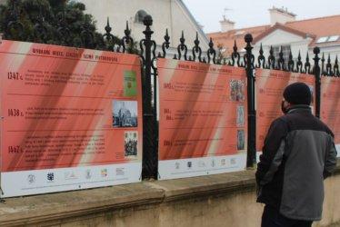 Plenerowa wystawa przy kościele farnym