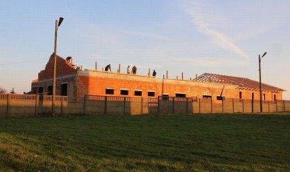 Mury Domu Ludowego w Rokszycach już stoją