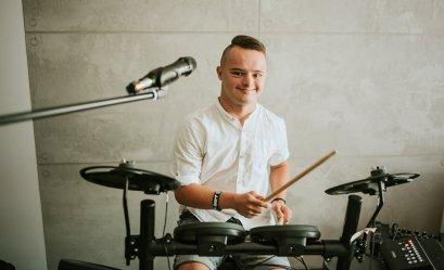 """20-letni Adam wziął udział w programie """"Down the road"""". Dla wielu jest prawdziwym bohaterem"""