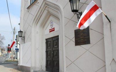 Dlaczego flagi zawisły na budynku piotrkowskiej synagogi?