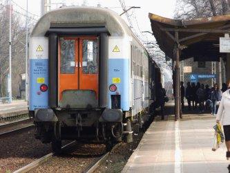 Zderzenie pociągu i osobówki. Dwie osoby nie żyją (AKTUALIZACJA)