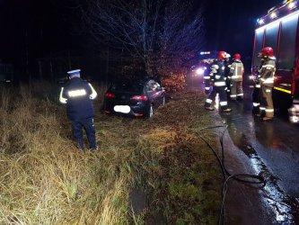 W Kole samochód uderzył w drzewo