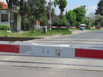 Nieostrożny kierowca uszkodził przejazd kolejowy