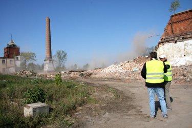 Wyburzono część komina w Moszczenicy