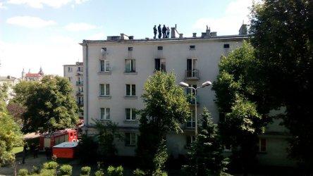 Mężczyzna próbował wyskoczyć z okna (video) - aktualizacja