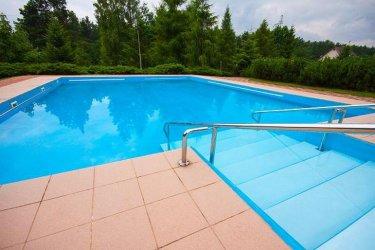 Mieszkańcy mogą się ochłodzić w basenie (odkrytym)