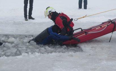 WOPR i strażacy ćwiczyli na lodzie