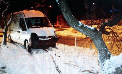Wjechał autem w  drzewo i… poszedł na kebab