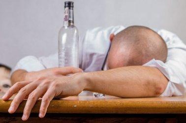 Niemowlę pod opieką pijanych rodziców